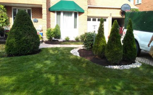 Front Yard Mature Garden Cleanup with River Stone1
